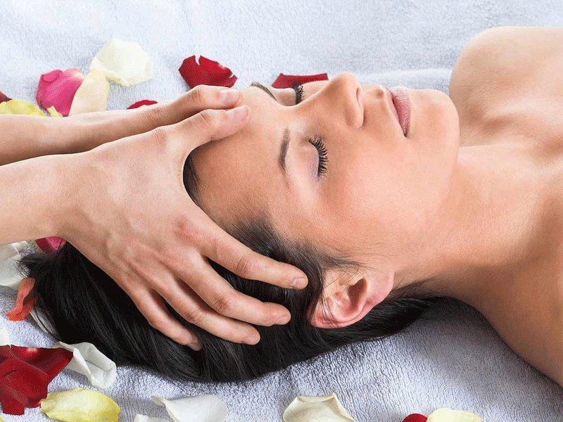 Бирманский массаж, проводимый на голове.