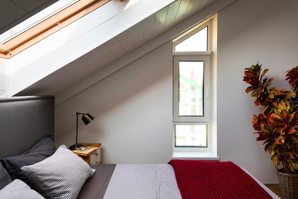 Спальня под сводом кровли в скандинавском стиле