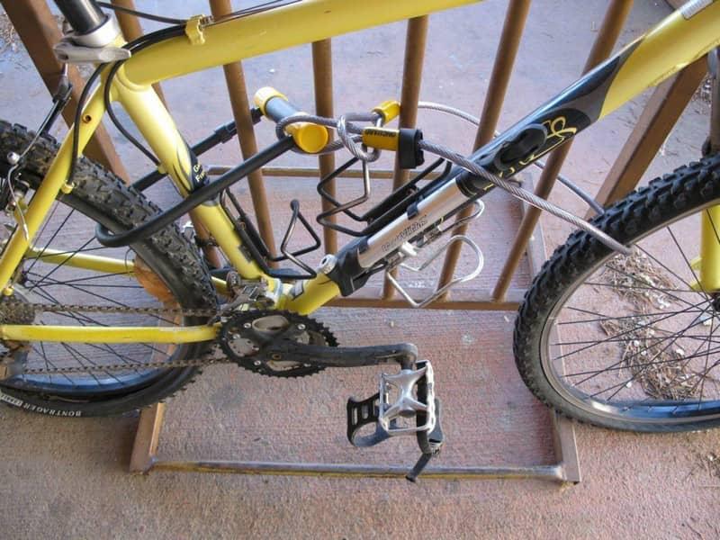 Защита велосипеда двумя разными замками (U-образным и тросовым)
