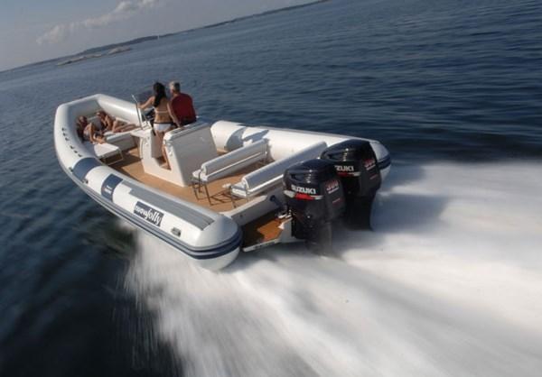Лодка с двумя моторами