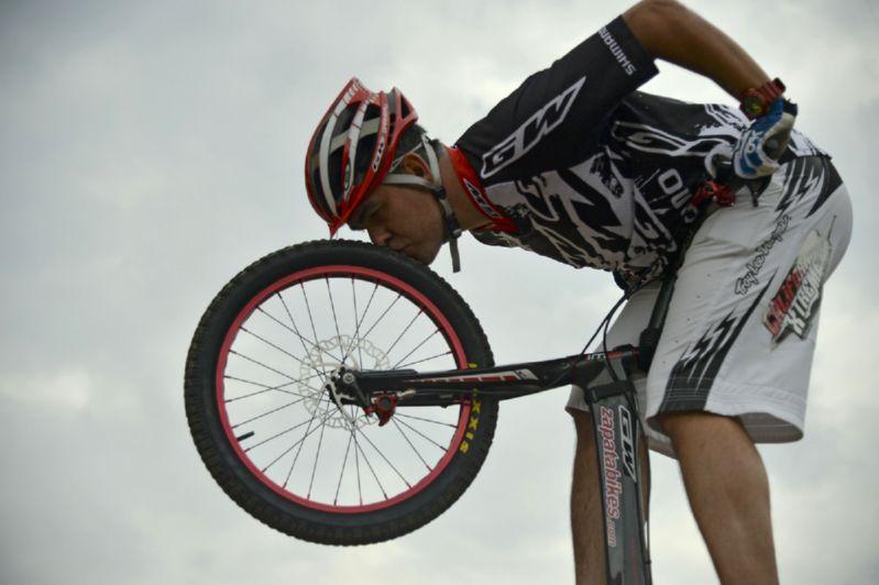 велосипедист целует покрышку