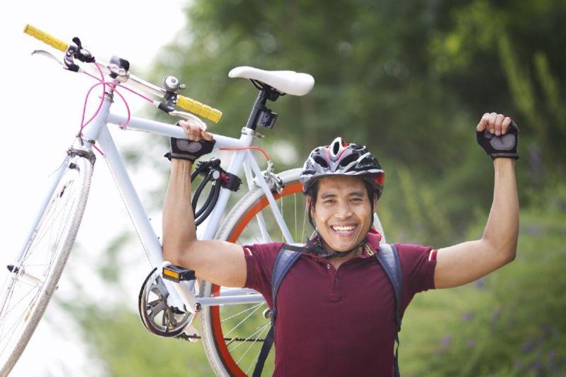 велосипедист с велосипедом