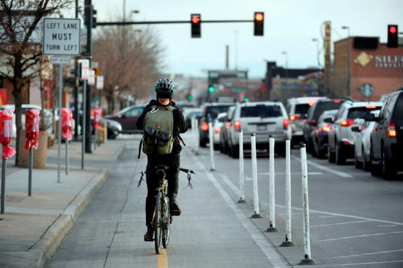 Велосипедист и красный сигнал светофора