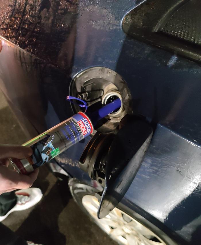 Заливка добавки Liqui Moly в топливный бак автомобиля