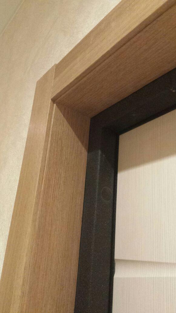 Облагораживание проёма входной двери доборным элементом и наличником