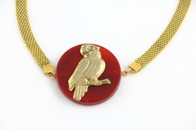 Купите металлическое колье под шею с подвеской попугая из агата