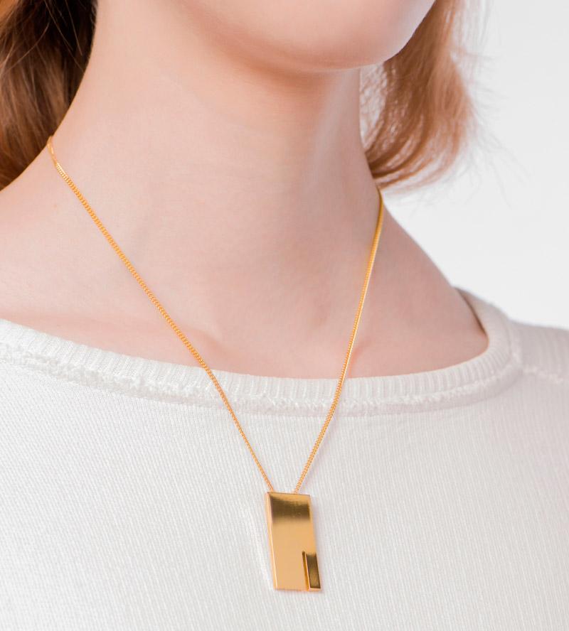 Колье-Rectangle-от-Anne-Thomas-на-модели.jpg