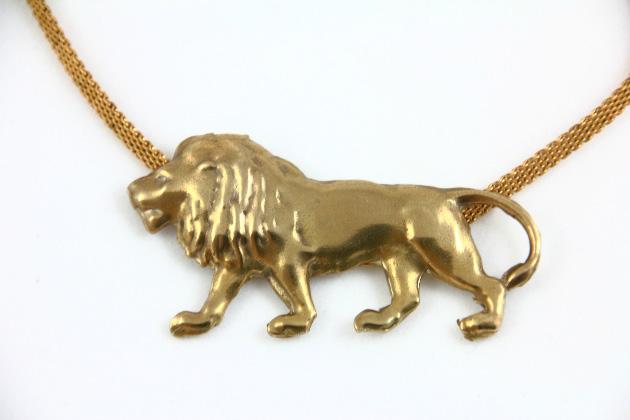 Купите подвеску льва золотого цвета на цепочке