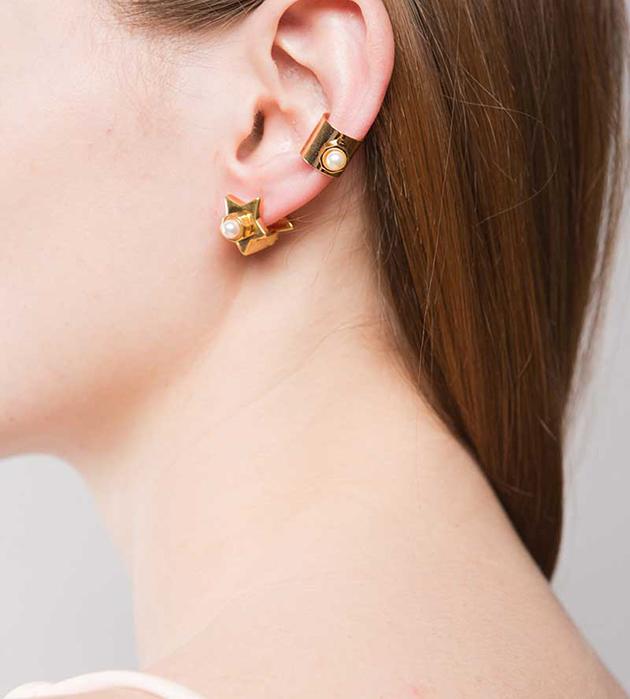 купите золотистые серьги-звёзды от Maria Francesca Pepe - Star earrings