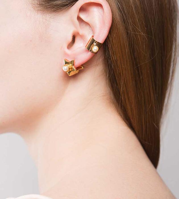 стильная серьга-кафф из позолоченной латуни от Maria Francesca Pepe - Pearl earcuff rose gold
