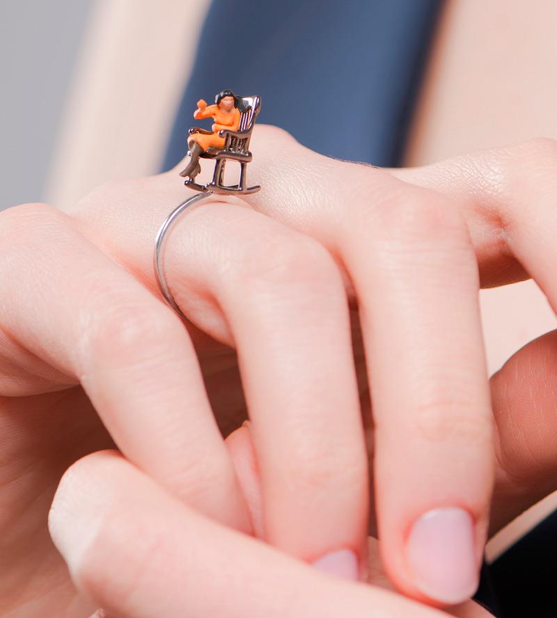 Kольцо-Spuntino_s-Mini-Character-Orange-от-бренда-Miss-Bibi-на-модели.jpg