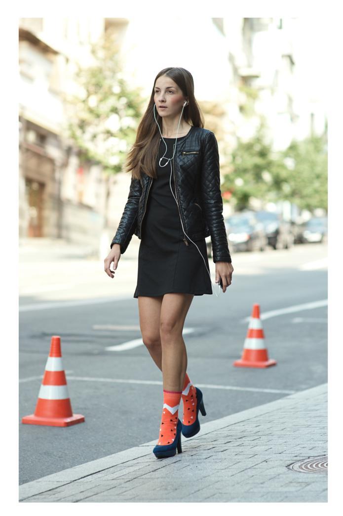 Девушка в босоножках и божественных оранжевых носках Sammy Icon