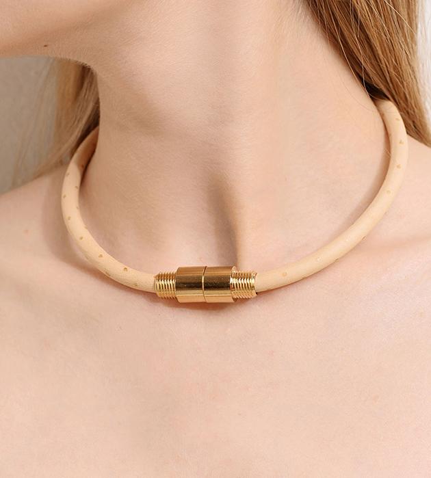 колье бежевого цвета в золотой горошек от французского бренда Chic Alors-Paris