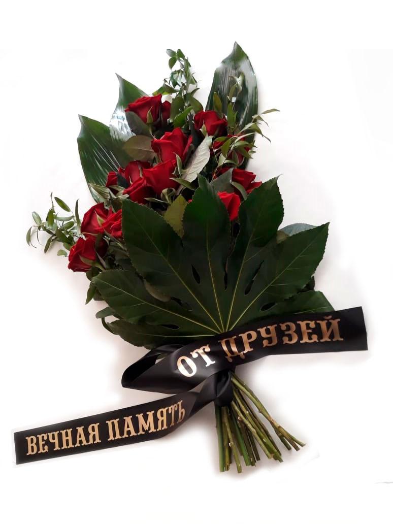 траурная лента на букете красных роз