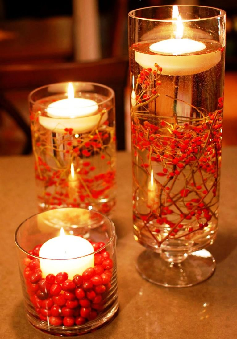 Плавающая свеча в гильзе и в стакане наполненном водой и рябиновой веточкой