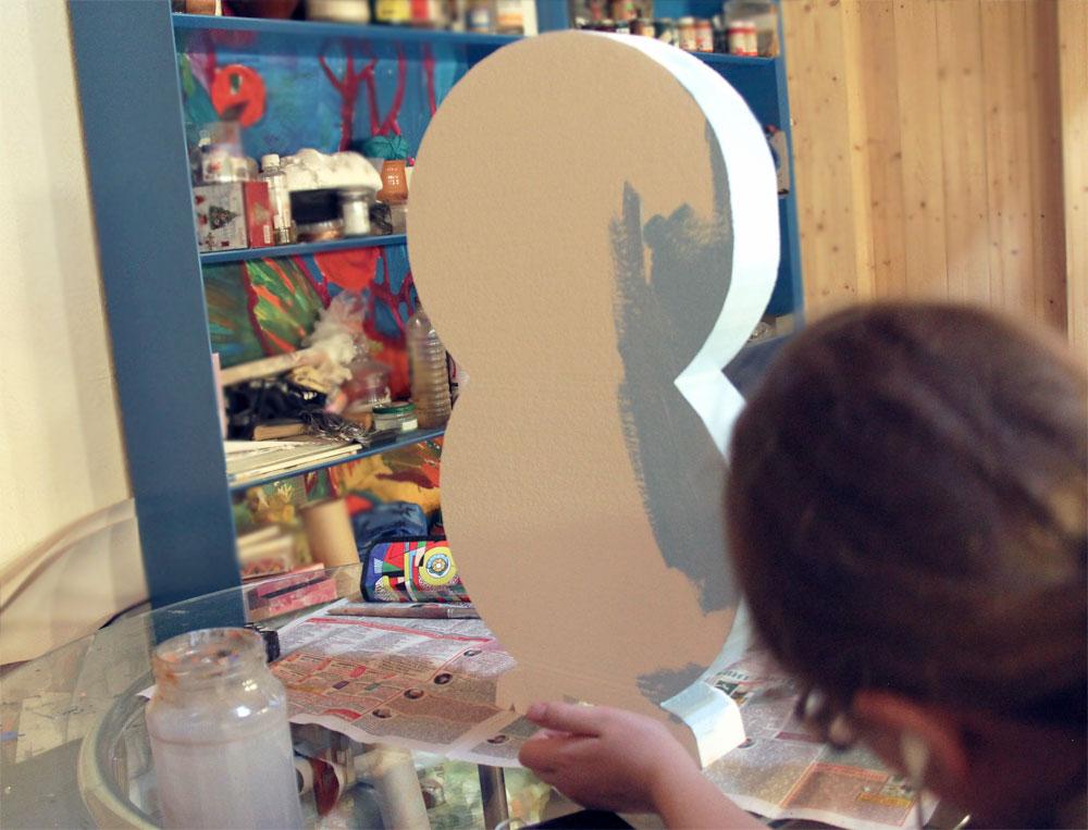 Окрашиваем сову акриловыми красками.