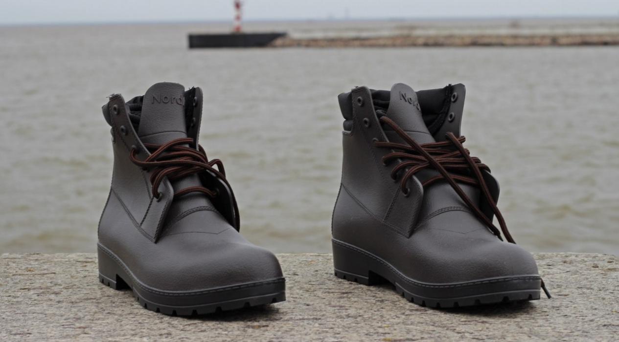 28f750900 Выглядят резиновые сапоги ботинками. Их легко сочетать с любым нарядом.  Резиновые ботинки мужские для города отлично впишутся в наряд стиля кэжуал,  ...