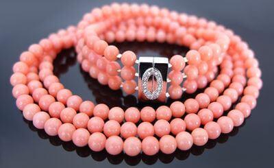 колье из розового коралла
