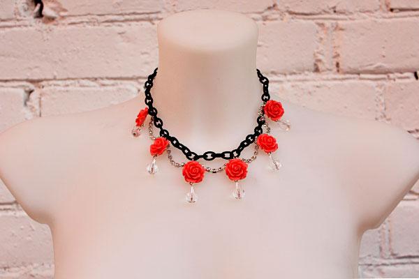 фото Колье-Роза из черной цепочки и цветов-розочек купить