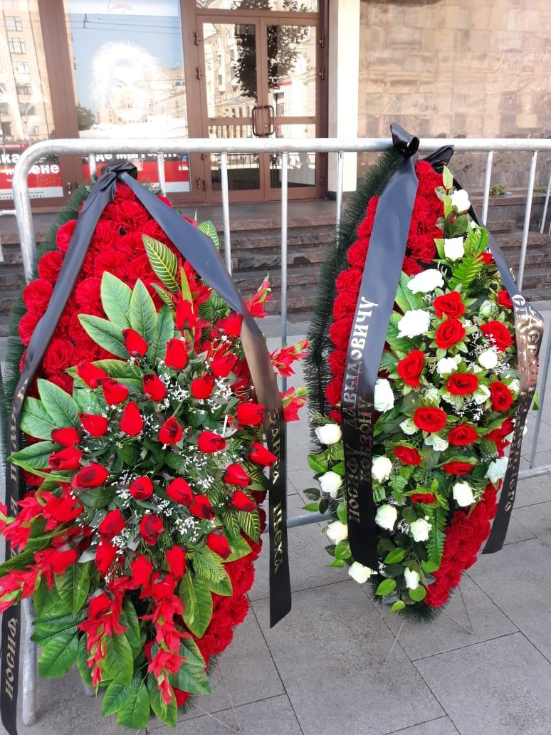 ритуальные венки из искусственных цветов с траурными лентами