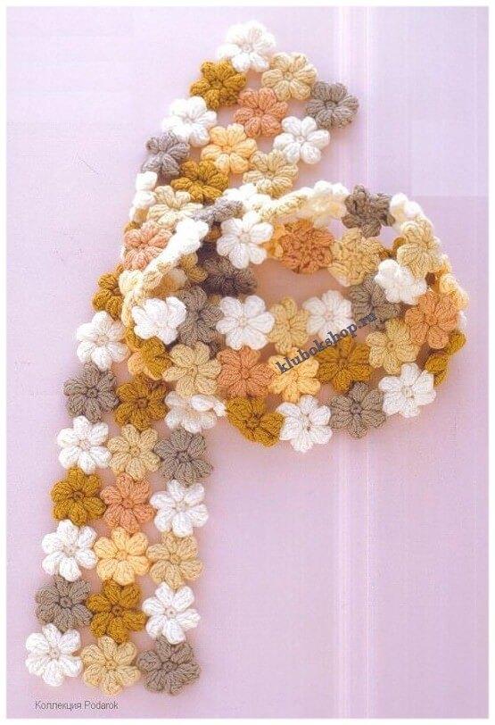 Вязаный шарф из цветочных элементов