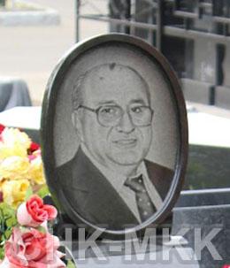 Гранитная вставка с портретом на кладбище