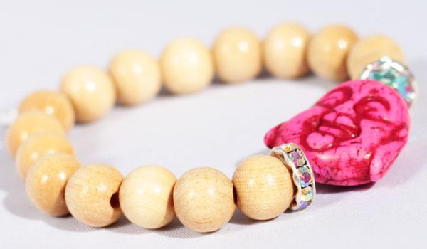 фото Браслет из деревянных бусин с Буддой из камня говлита и кристаллов Swarovski