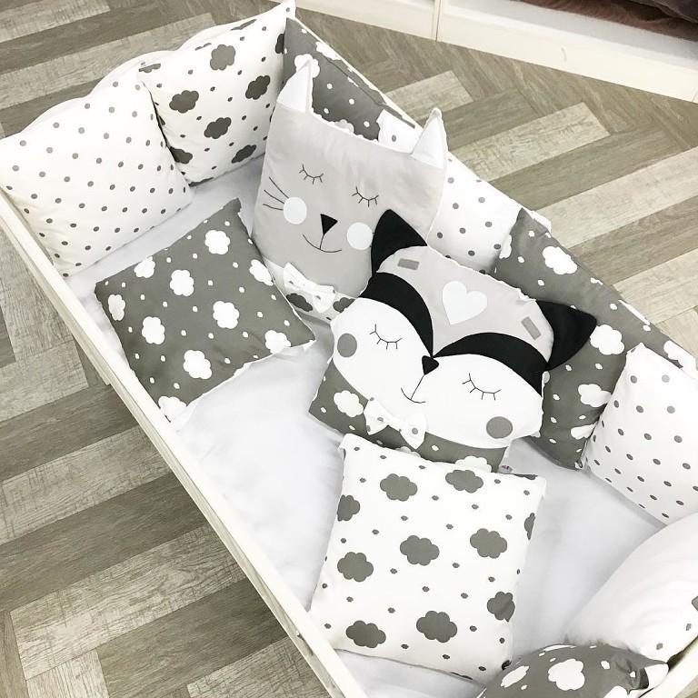 Бортики игрушки в кроватку новорожденному