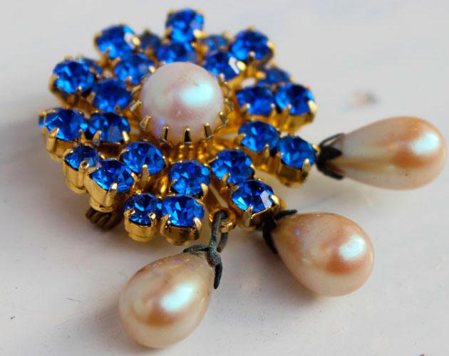 купить винтажная брошь с голубыми кристаллами и жемчужными каплями фото