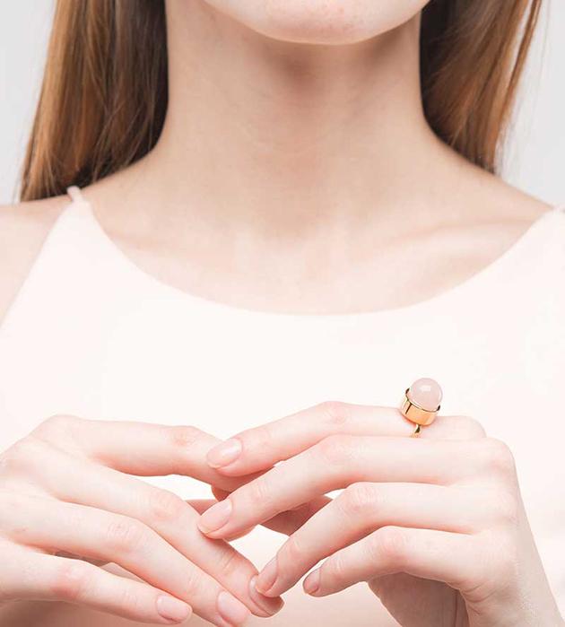 золотисто-розовое кольцо Round Gemstone от Sabrina Dehoff