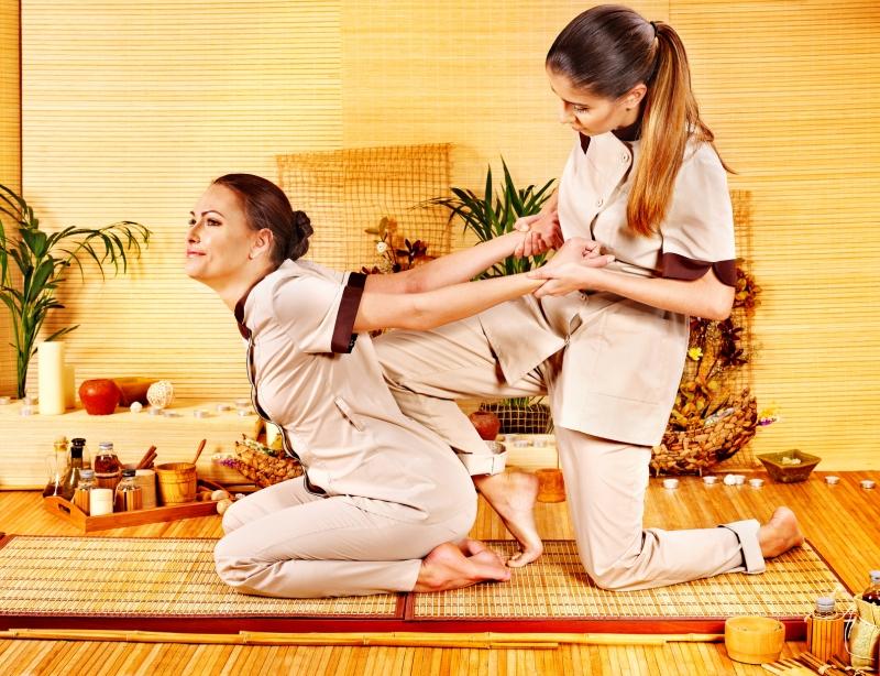 Несколько способов стать спортивным массажистом.