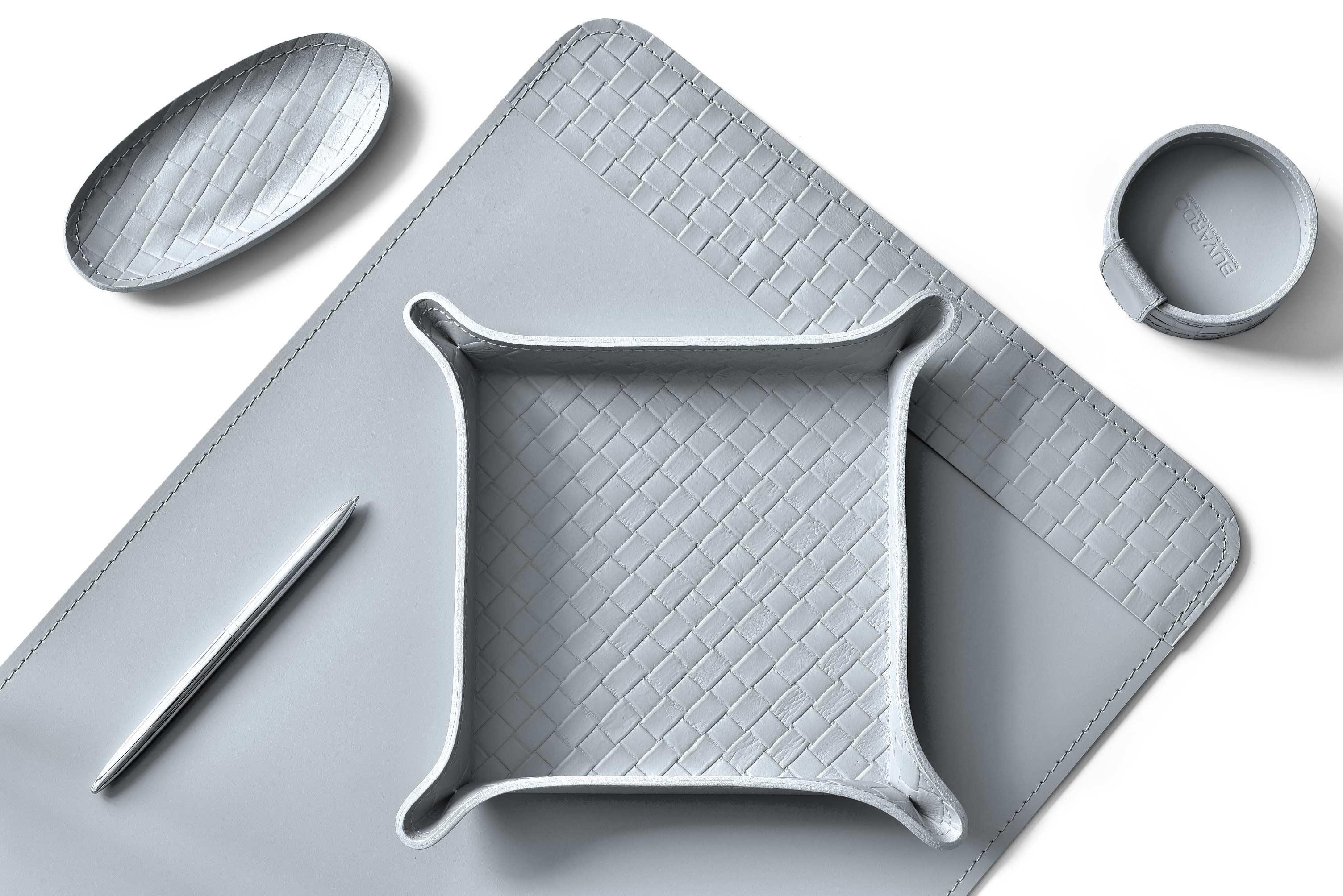 Настольный набор из кожи Сuoietto серого цвета с актуальным тиснением intrecciato