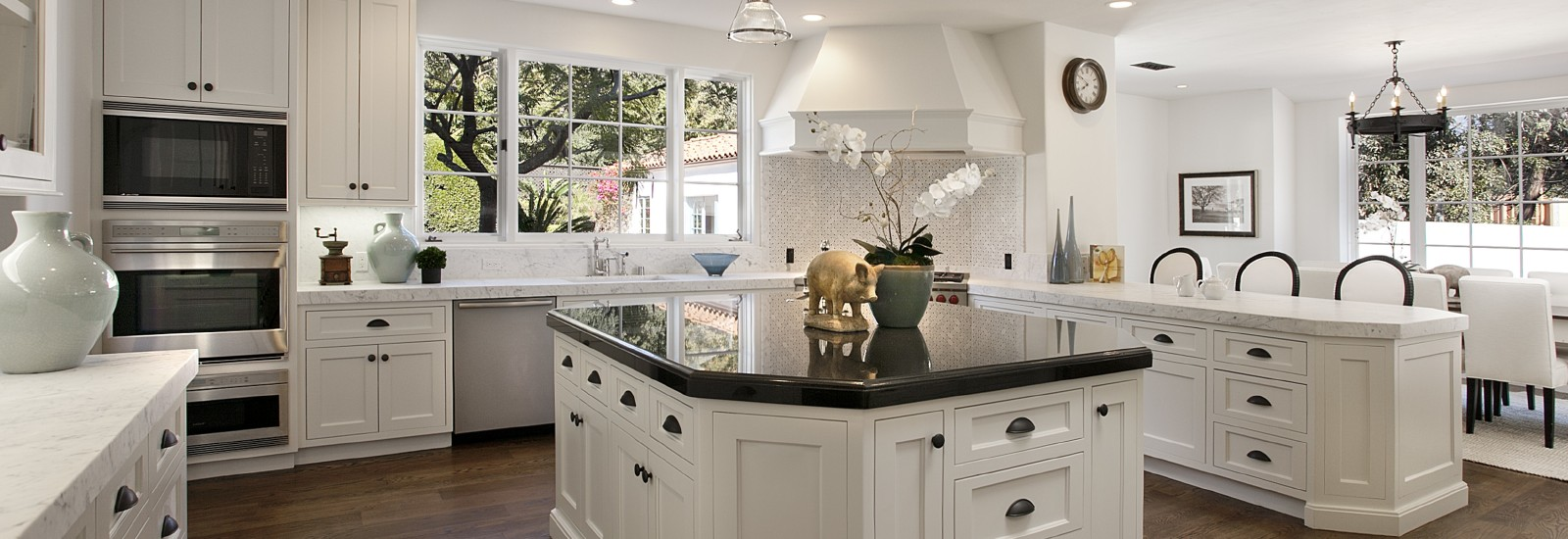 1600x550_kitchen-interior-belaya-kuhnya-dizajn-stulya-lampyi.jpg