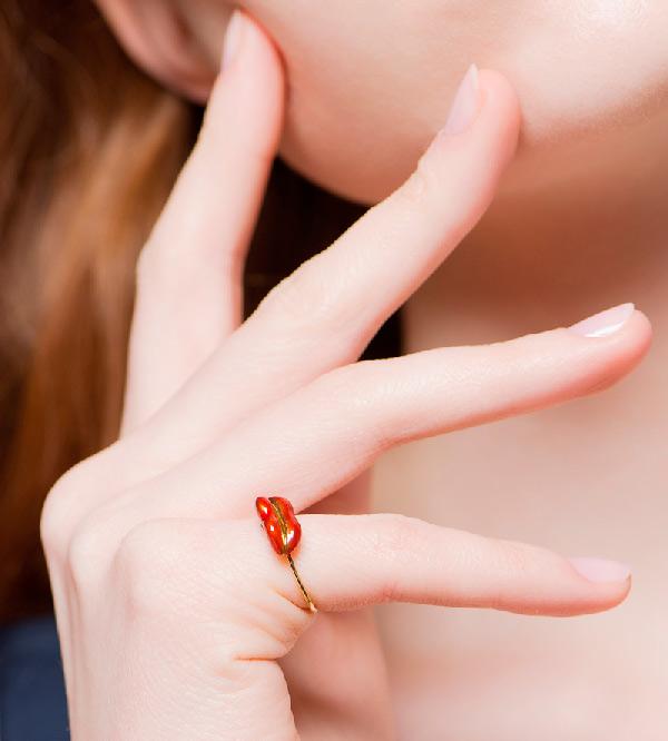 Кольцо-Lips-от-бренда-Miss-Bibi-на-модели.jpg