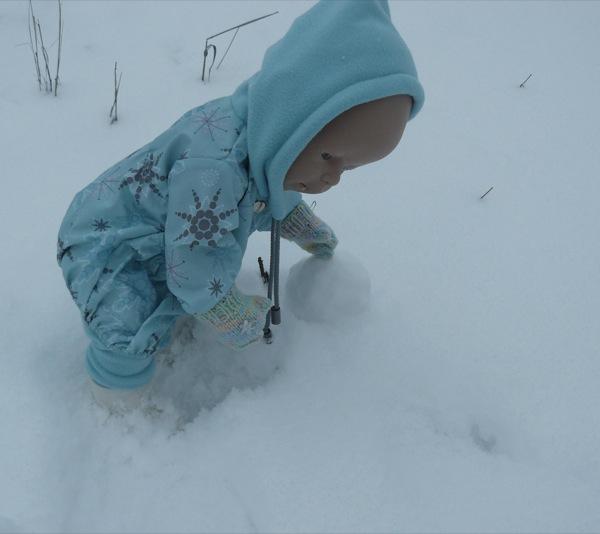 Снег хороший - можно лепить снеговика