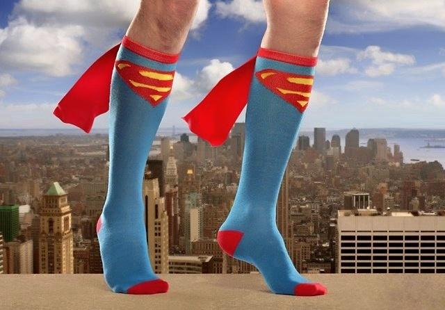 На фото – носки супергеройской расцветки