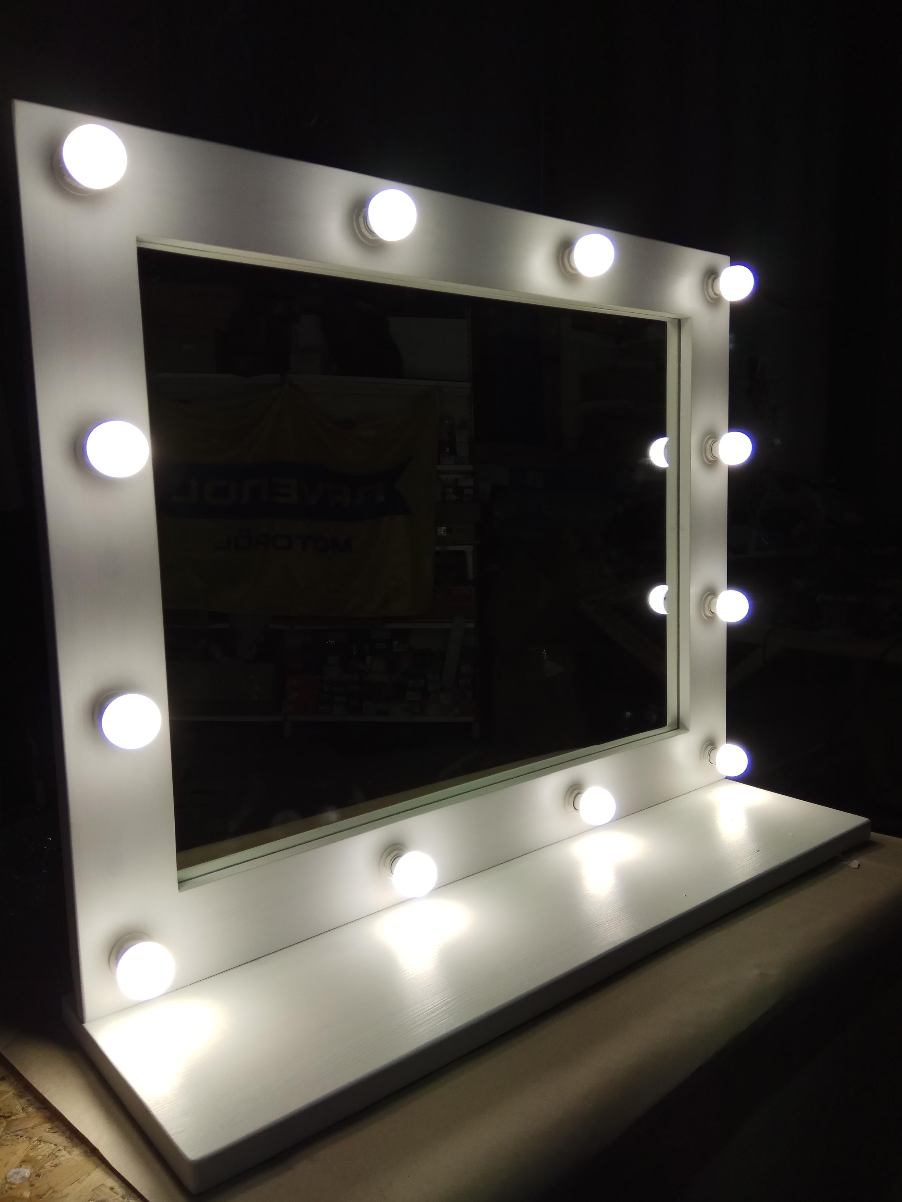 Зеркало с полкой и подсветкой.