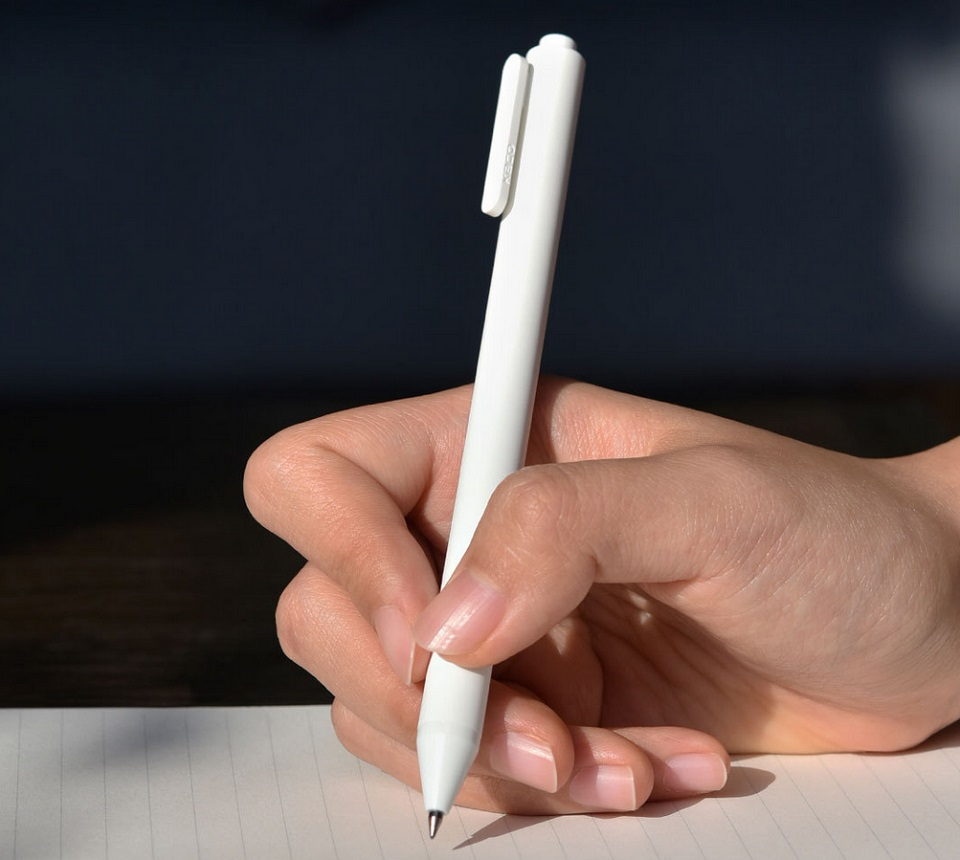 Набор гелевых ручек KACO Pure Gel Ink Pen White 10 pcs K1015 в руке пользователя