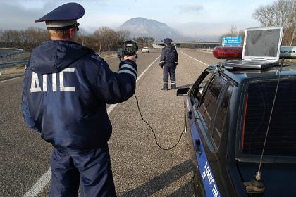 Антирадар на дороге в руках инспектора ДПС