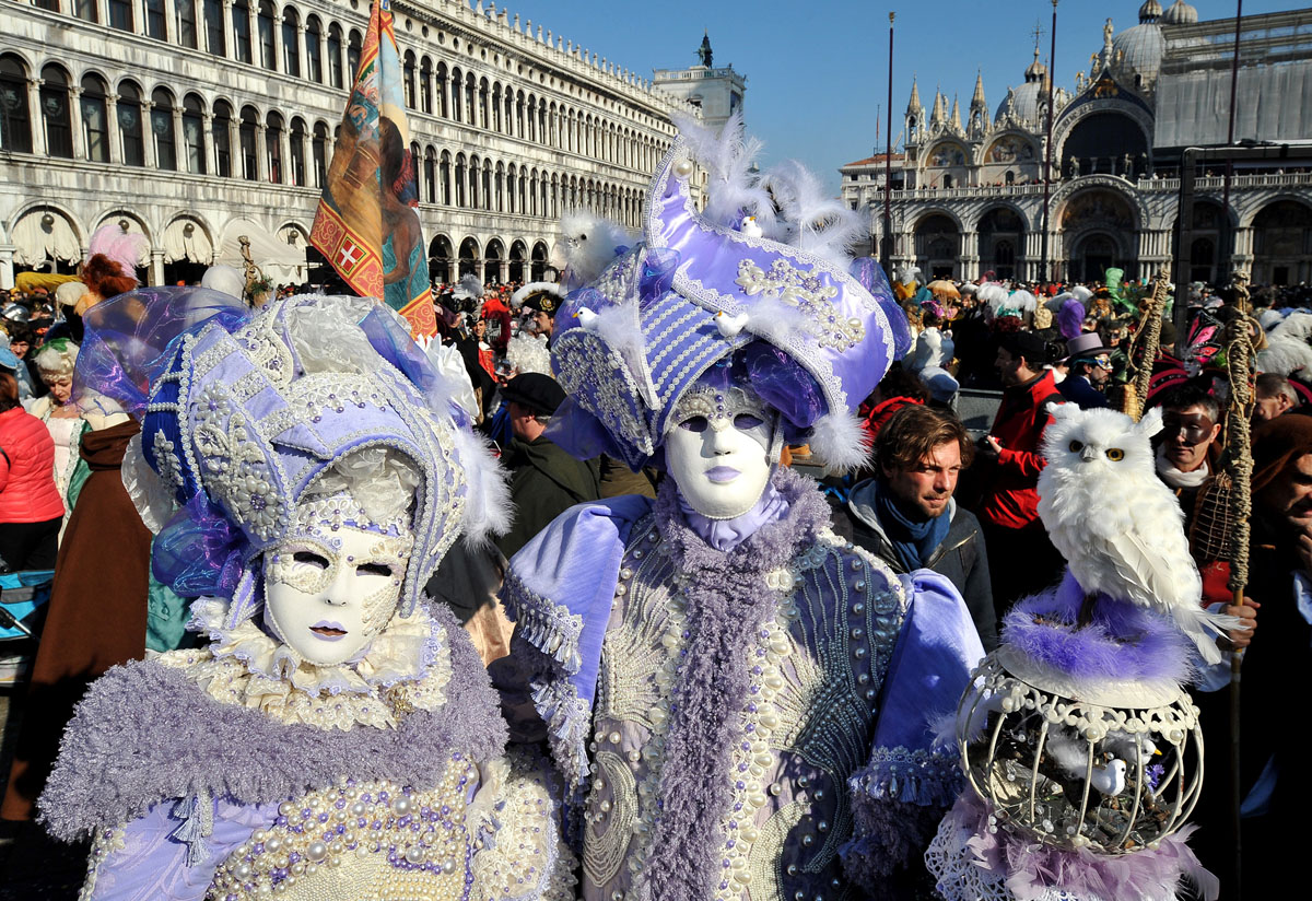 Люди в венецианских масках