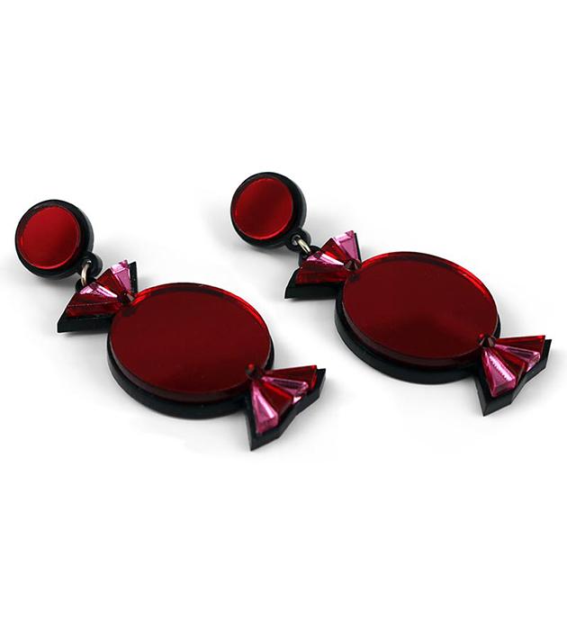 купите красно-розовые серьги из плексигласа Quality Treat Red от английского бренда Jennifer Loiselle
