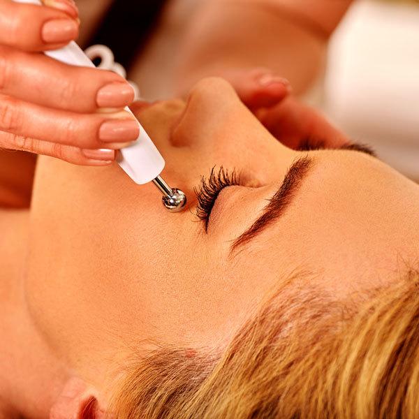 Аппаратный массаж лица: свежесть юношеской кожи без побочных эффектов