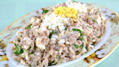 Лёгкий салат из консервированной сайры