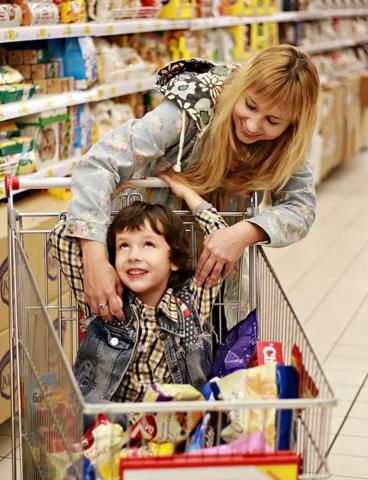 Как научить ребёнка помогать взрослым?