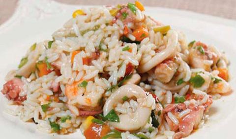 Тушёные кальмары с рисом