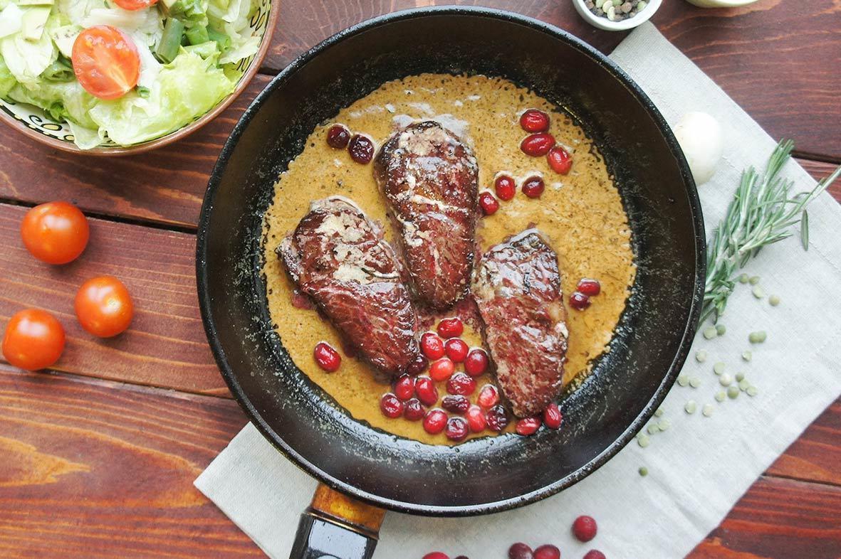 Говядина в сливочном соусе с клюквой и розмарином