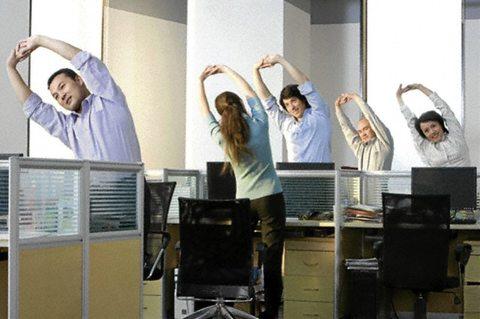 Вставайте и стойте не меньше двух часов во время рабочего дня