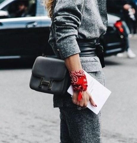 Не сопротивляйтесь полету фантазии: безупречное сочетание шейного платка и браслетов