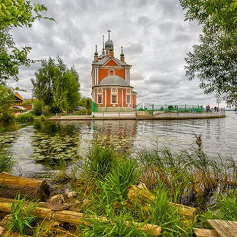 Переславль-Залесский: храм у озера