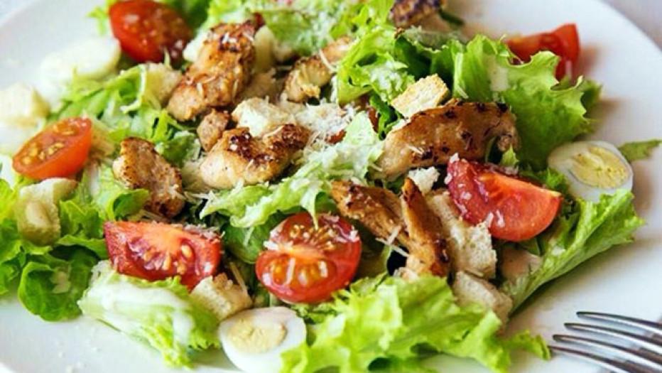 Салат с обжаренной курицей, томатами и базиликом: такого вы еще не пробовали!
